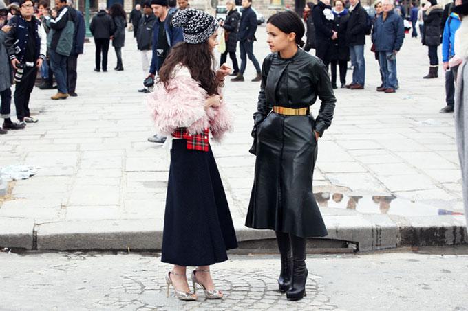 Miroslava-Duma-sfoggia-un-look-total-black-in-pelle-vivacizzato-dalla-cintura_hg_temp2_s_full_l